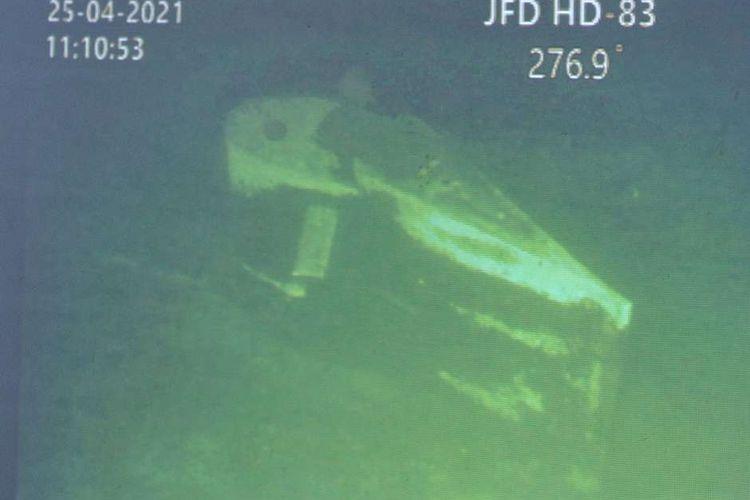Bagian kapal KRI Nanggala 402 hasil citra Remotely Operated Vehicle (ROV) MV Swift Rescue ditunjukkan saat konferensi pers di Lanud I Gusti Ngurah Rai, Badung, Bali, Minggu (25/4/2021).  KRI Nanggala 402 dipastikan tenggelam dan 53 awak kapalnya gugur di perairan utara Bali.