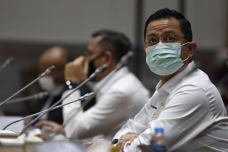 Menteri Sosial Juliari Batubara (kanan) mengikuti rapat kerja bersama Komisi VIII DPR di Kompleks Parlemen Senayan, Jakarta, Rabu (24/6/2020). Rapat kerja tersebut membahas pembicaraan pendahuluan RAPBN Tahun Anggaran 2021, RKP 2021 dan evaluasi kinerja Kemensos tahun 2020. ANTARA FOTO/Puspa Perwitasari/aww.