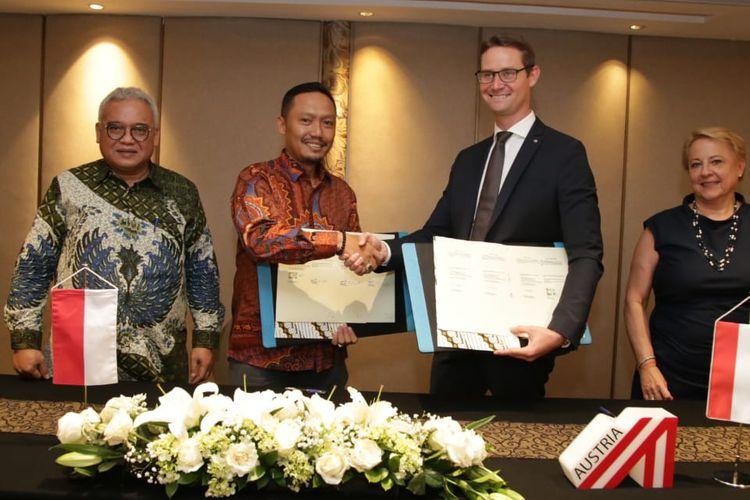 Kontrak kerja sama ditandatangani perwakilan BBPLK Medan Heri Adha dan pihak Bit Media E-Solutions GmbH Stefan Duss.