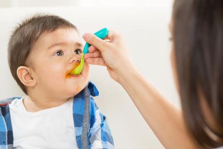 Ilustrasi pemberian makanan bayi.