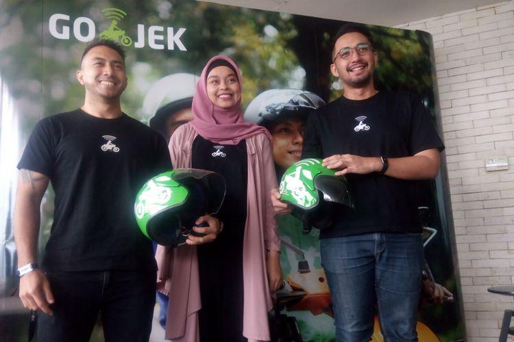 VP Corporate Affairs Go-Jek Indonesia, Michael Say (kanan) dan VP Driver Community Go-Jek Indonesia, Jaka Wiradisuria (kiri) berfoto bersama di kantornya, Jakarta Selatan, Jumat (23/11/2018).