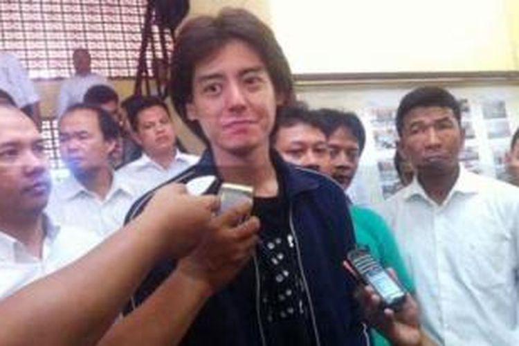 Roger Danuarta sesaat usai diperiksa di Mapolsek Pulo Gadung, Jakarta Timur, Senin (17/2/2014). Roger ditemukan sakaw di kawasan Kayu Putih.