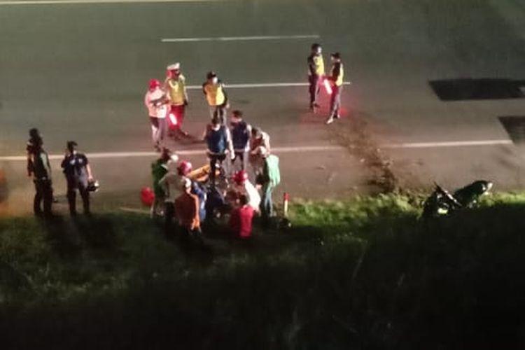 Sepeda motor kecelakaan dan terjatuh dari Jalan Layang Tegalrotan, Ciputat, Tangerang Selatan, Rabu (26/5/2021) malam.