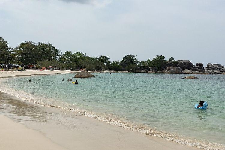 Pengunjung bisa melakukan berbagai aktivitas di Pantai Tanjung Tinggi seperti berenang. Air laut di pantai ini berwarna biru muda nan indah.