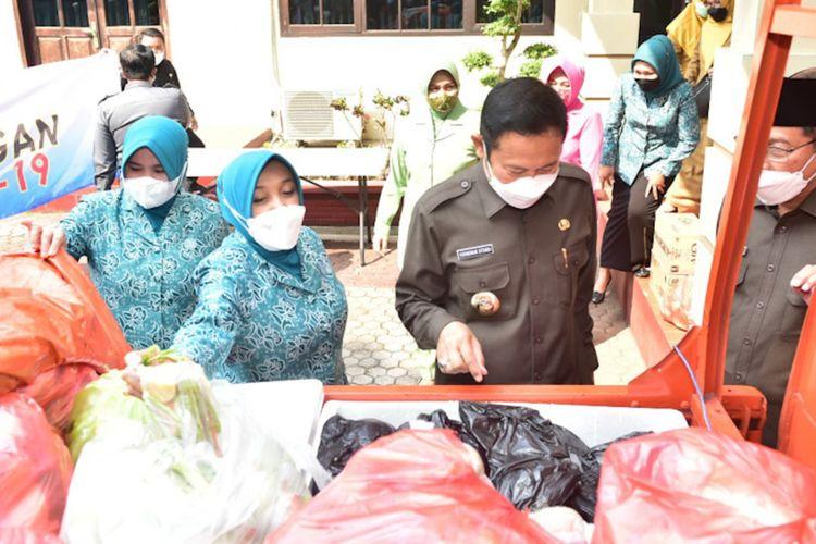 Paket bantuan bahan pangan yang dikirim untuk warga Desa Sidodowo di Kecamatan Modo, yang saat ini tengah menjalani isolasi mandiri di rumah.