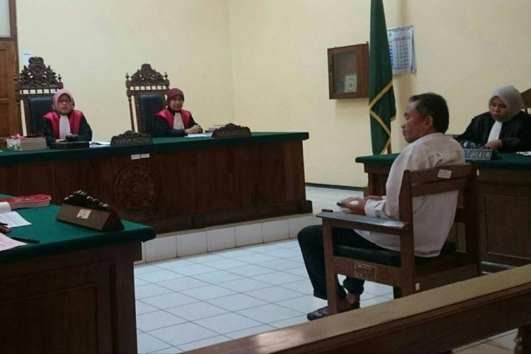 Penulis buku Jokowi Undercover : Melacak Jejak Sang Pemalsu Jatidiri, Bambang Tri Mulyono saat menjalani persidangan di Pengadilan Negeri Blora, Jawa Tengah, Rabu (10/5/2017).