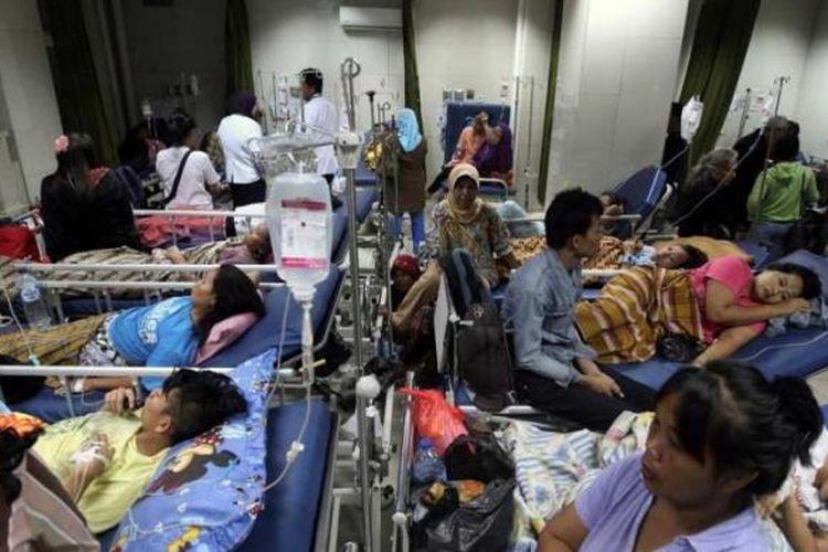 Puluhan pasien Kartu Jakarta Sehat (KJS) berdesakan di Instalasi Gawat Darurat RSUD Koja, Jakarta Utara, untuk mendapatkan kamar rawat inap kelas 3, Senin (27/5/2013). Setiap harinya sekitar 150 pasien KJS antre untuk mendapatkan ruang rawat inap di rumah sakit tersebut.