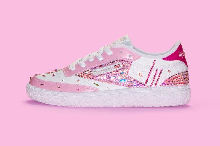 Reebok mendeskripsikan produk baru koleksi Cardi B yang ini sebagai sepatu berpotongan klasik yang bertabur kristal swarovski.