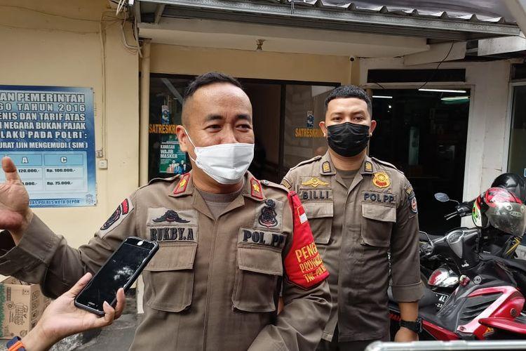 Anggota Satpol PP Kota Depok melapor ke Polres Metro Depok gara-gara kena pukul saat mengangkut pengamen di Simpang Ramanda, Jalan Margonda Raya, Kamis (22/7/2021).