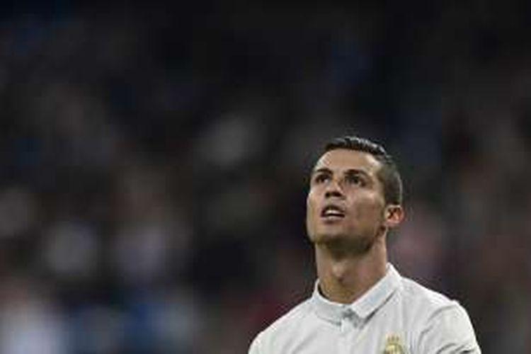 Ekspresi Cristiano Ronaldo saat tampil dalam partai Liga Champions kontra Legia Warszawa di Stadion Santiago Bernabeu, Selasa (18/10/2016).