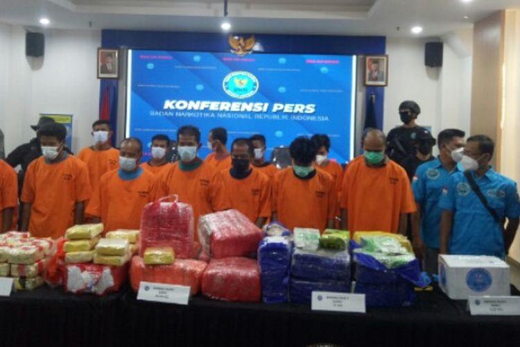 Badan Narkotika Nasional (BNN) RI menangkap 13 pengedar narkotika jenis sabu dan ekstasi dari berbagai jaringan di lima lokasi yang tersebar di Indonesia sejak Maret hinga April 2021.