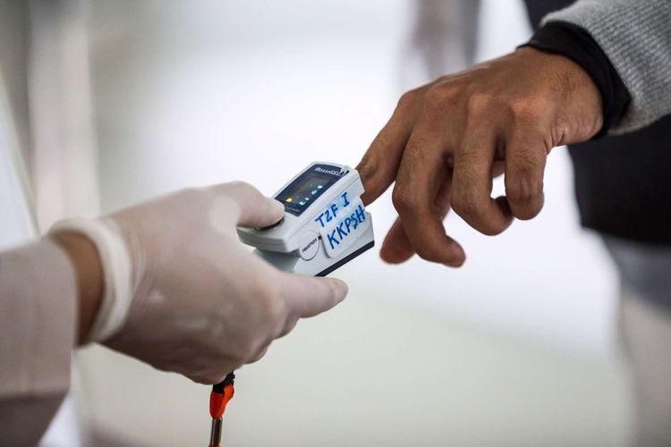 Petugas memeriksa kesehatan penumpang sebelum keberangkatan di terminal 3 Bandara Soekarno-Hatta, Tangerang, Banten, Selasa (12/5/2020). PT Angkasa Pura II mengeluarkan tujuh prosedur baru bagi penumpang penerbangan rute domestik selama masa dilarang mudik Idul Fitri 1441 H di Bandara Internasional Soekarno-Hatta.