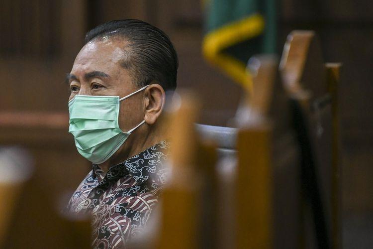 Terdakwa kasus dugaan suap kepada jaksa dan perwira tinggi Polri serta pemufakatan jahat Djoko Tjandra mendengarkan keterangan saksi saat mengikuti sidang lanjutan di Pengadilan Tipikor, Jakarta, Kamis (18/2/2021). Sidang tersebut beragendakan pemeriksaan saksi ahli. ANTARA FOTO/Galih Pradipta/foc.
