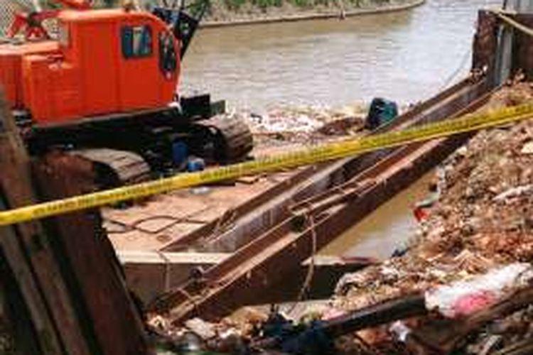 Ini lokasi tempat kecelakaan kerja di proyek normalisasi Sungai Ciliwung, di Bukit Duri, Jakarta Selatan, yang menyebabkan seorang pekerja proyek tertimpa tiang pancang dan kakinya putus. Foto diambil pada Senin (17/10/2016).