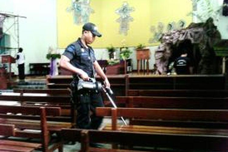 Personil Jibom Gegana Polda DIY saat melakukan penyisiran di gereja  katolik keluarga kudus banteng sleman