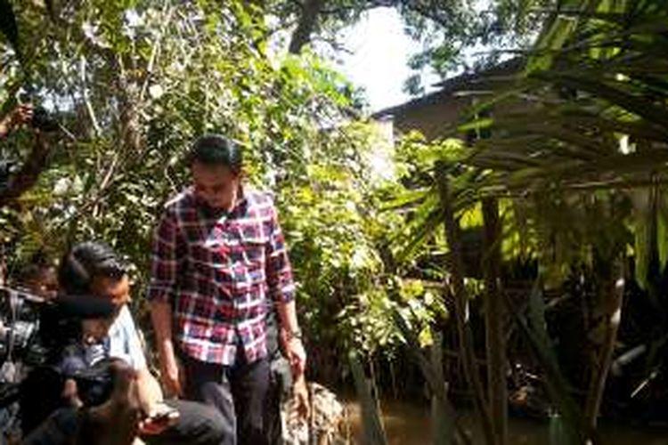 Calon gubernur DKI Jakarta nomor dua, Basuki Tjahaja Purnama alias Ahok saat meninjau kali yang sering menyebabkan kebanjiran blusukan kampanye ke permukiman warga di RT 13/RW 7 Kelurahan Cilandak Timur, Pasar Minggu, Jakarta Selatan (21/12/2016).