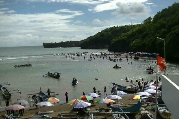 Wisatawan memadati Pantai Baron, Tanjungsari, Gunungkidul, DI Yogyakarta untuk menikmati Libur Natal dan Tahun Baru 2018.