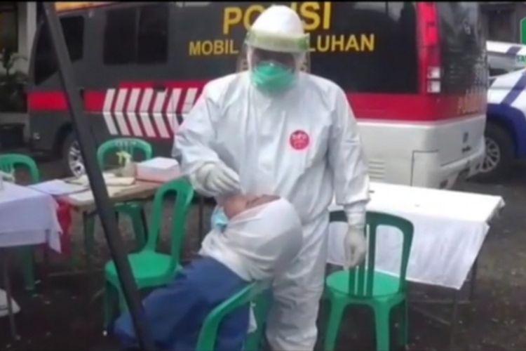 Sejumlah petugas kesehatan menggelar kegiatan rapid test Covid-19 kepada wisatawan secara acak di Puncak Bogor, Jawa Barat, Minggu (1/11/2020).