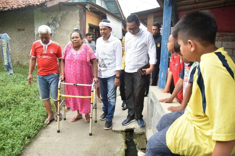 Cawagub Jabar Dedi Mulyadi, menyusuri perkampungan dan gang sempit menemui puluhan warga sakit tak mampu di Kecamatan Cikarang, Kabupaten Bekasi, Kamis (1/3/2018).