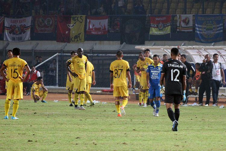 Pemain Semen Padang memprotes keputusan wasit yang memberikan penalti untuk Persib.