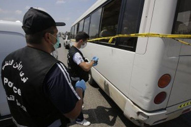 Anggota kepolisian Lebanon melakukan olah TKP setelah insiden penyerangan sebuah bus yang mengangkut warga Suriah di Beirut. Insiden ini menyebabkan 20 warga Suriah terluka.