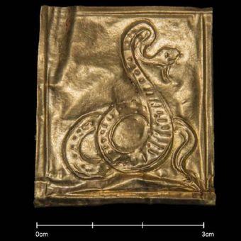 Salah satu lempeng emas dalam peti mati kuno dari zaman Firaun menunjukkan gambar ular.