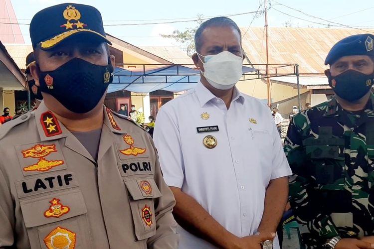 Kapolda Nusa Tenggara Timur (NTT), Irjen Pol Lotharia Latif (kiri) saat diwawancarai awak media di Mapolres Sumba Timur, Rabu (28/7/2021).