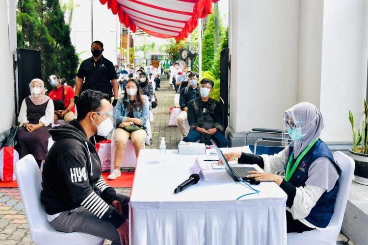 Seorang penumpang KRL Jabodetabek sedang mengikuti vaksinasi di Stasiun Bogor, Kamis (17/6/2021).