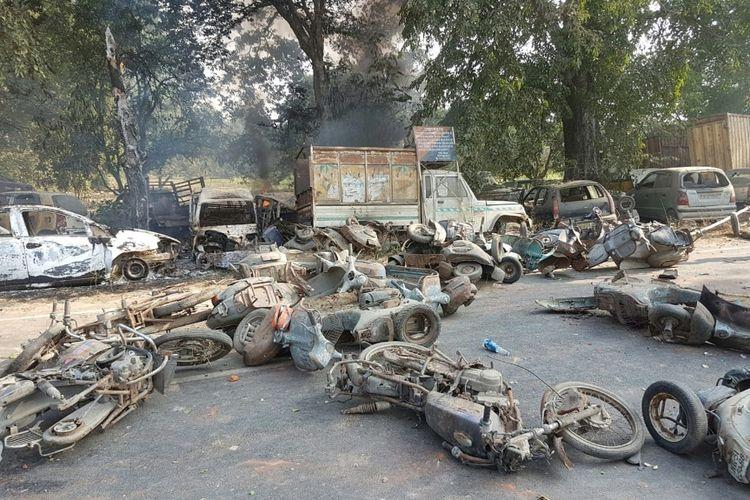 Tumpukan bangkai sepeda motor dan mobil yang dibakar massa dalam kerusuhan yang dipicu isu penemuan bangkai sapi di desa Bulandhahr, di India utara, Senin (3/12/2018).