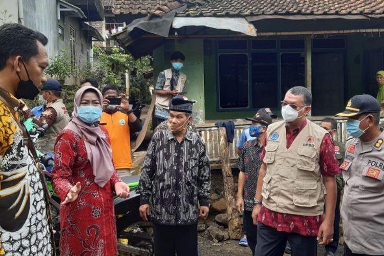 Bupati Brebes Idza Priyanti dan jajarannya meninjau lokasi bencana tanah bergerak di Desa Gununglarang, Kecamatan Salem, Kabupaten Brebes, Jawa Tengah Selasa (2/2/2021)  (Istimewa)