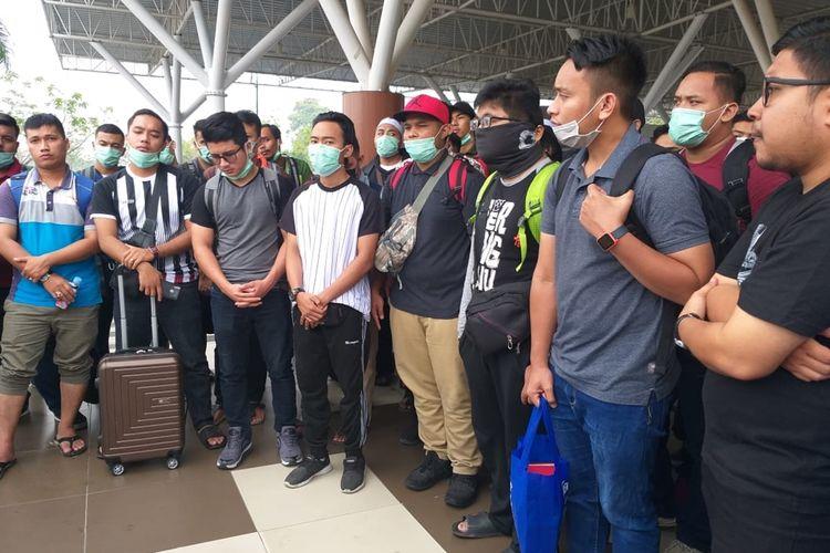 Mahasiswa asal Malaysia yang kuliah di Pekanbaru, saat berada di Bandara Internasional SSK II Pekanbaru sebelum terbang ke negara asap akibat dampak kabut asap karhutla, Rabu (25/9/2019).