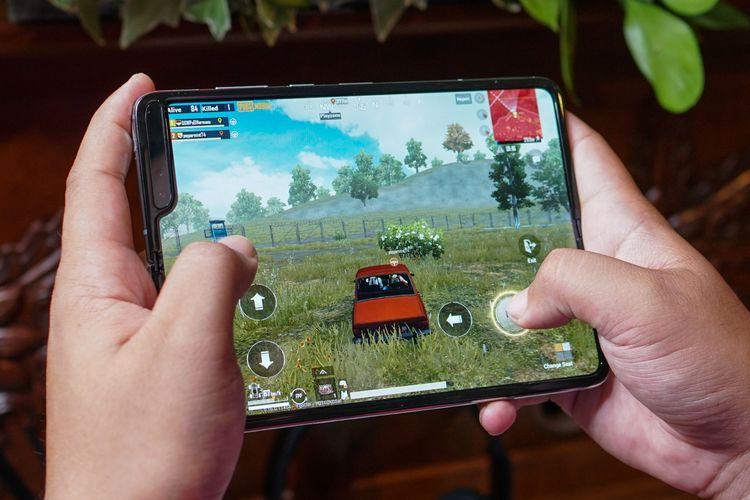 Galaxy Fold ternyata menyenangkan untuk dipakai bermain game. Kinerjanya tinggi, layarnya lebar seperti tablet. Audio pun terasa mantap berkat sepasang speaker yang menghasilkan efek stereo.