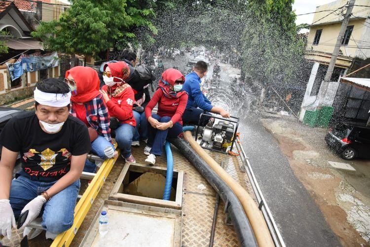 Anggota DPR RI Dedi Mulyadi memimpin penyemprotan disinfektan ke seluruh jalan di Purwakarta, Minggu (22/3/2020).