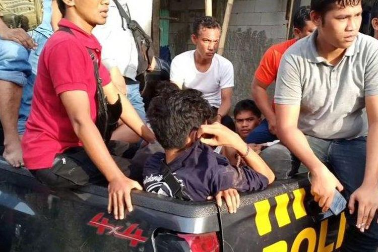 Jajaran Polrestro Jakarta Timur saat mengamankan delapan terduga pelaku pengrusakan Aeon Mall JGC di Cakung, Jakarta Timur, Selasa (25/2/2020)