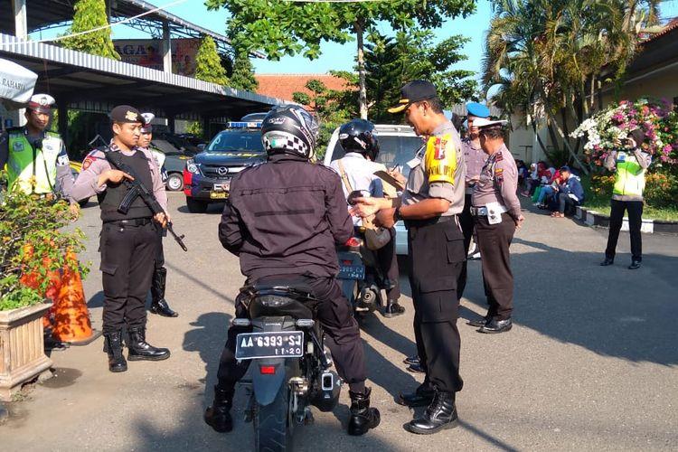 Anggota Polres Kebumen diperiksa saat akan memasuki halaman Mapolres Kebumen, Jawa Tengah, Selasa (30/4/2019)