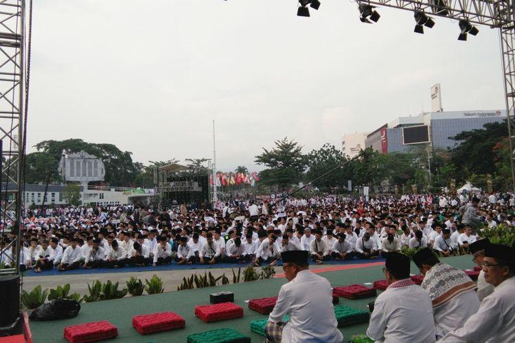 Ribuan santri saat berkumpul di Lapangan Gasibu Bandung, Jalan Diponegoro, untuk menghadiri peringatan Hari Santri Nasional, Minggu (21/10/2018).