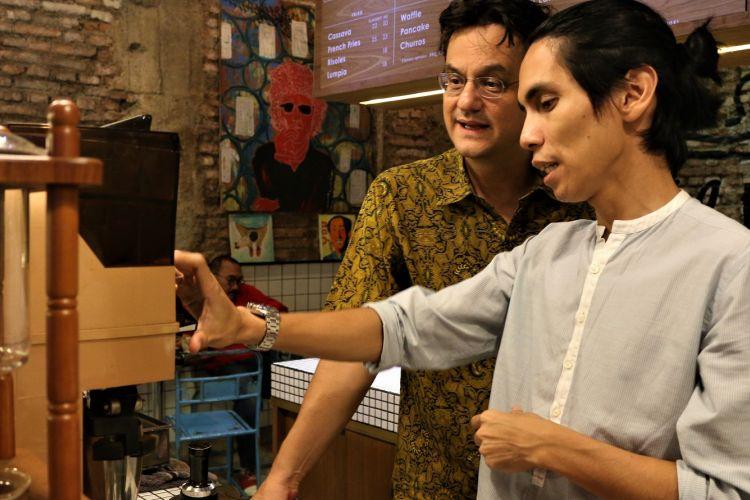 Angga Sasongko selain menjadi sutradara film bertema kopi, Ia juga lihai dalam membuat kopi di kedai miliknya, kawasan Blok M Jakarta.