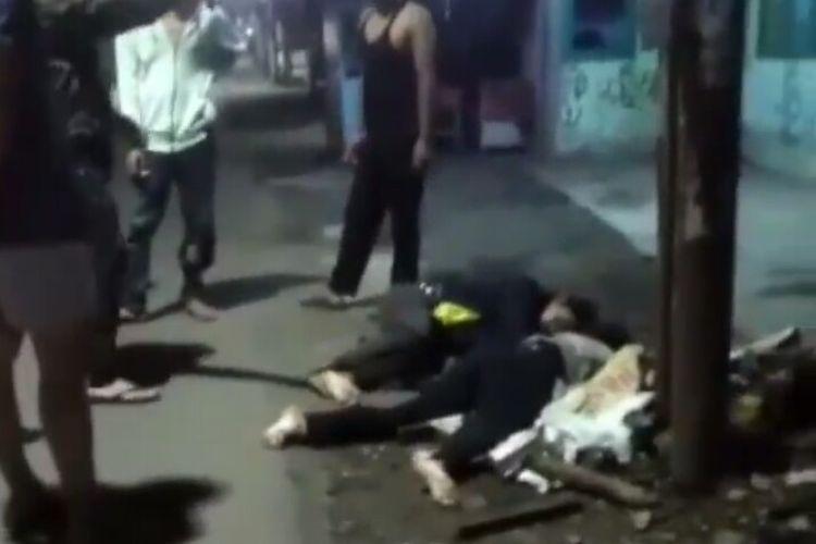 Video yang memperlihatkan dua orang pria tergeletak di pinggir jalan WR. Supratman Kelurahan Rengas, Kecamatan Ciputat Timur, Kora Tangerang Selatan, viral di media sosial. Dua orang tersebut merupakan korban kecelakaan yang terjadi pada Minggu (10/5/2020) dini hari.