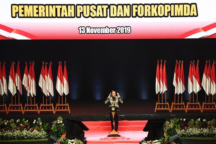 Presiden Joko Widodo memberikan pidato saat menghadiri Rakornas Indonesia Maju antara Pemerintah Pusat dan Forum Koordinasi Pimpinan Daerah (Forkopimda) di Bogor, Jawa Barat, Rabu (13/11/2019). Kegiatan tersebut bertujuan untuk mewujudkan sinergi program-program antara pemerintah pusat dengan daerah. ANTARA FOTO/Akbar Nugroho Gumay/aww.
