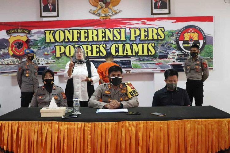 Kapolres Ciamis AKBP Wahyu Broto menunjukkan buronan tersangka pembunuhan dengan motif cemburu yang selama sebulan melarikan diri di Mapolres Ciamis, Jumat (24/9/2021).