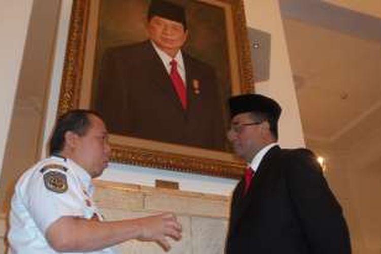 Menteri Perhubungan Budi Karya Sumadi (kanan) tengah berbincang dengan stafnya usai dilantik Presiden Joko Widodo di Istana Negara, Rabu (27/7/2016).