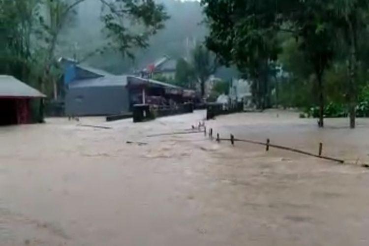 Foto-foto banjir bandang terjadi di Desa Pamijahan, Kecamatan Bantarkalong dan Desa Cikupa, Kecamatan Karangnunggal Kabupaten Tasikmalaya, menyebabkan 270 rumah sempat terendam pada Senin (12/10/2020) pagi tadi.