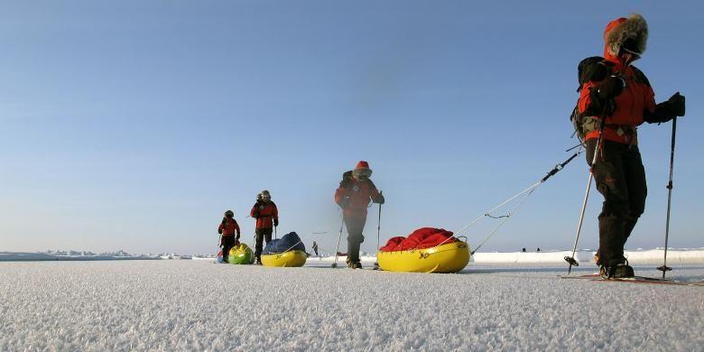 Rombongan tur yang dipandu Eric Philips saat menjelajahi kutub utara.