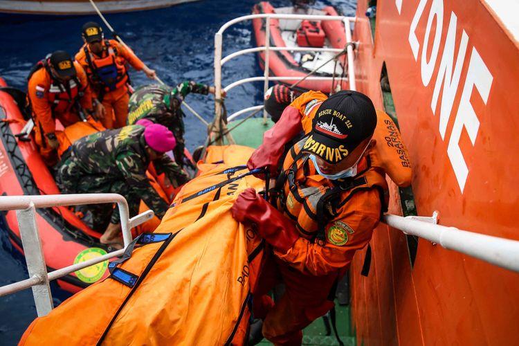 Petugas Basarnas mengangkat kantong jenasah yang berisi serpihan dan barang dari penumpang pesawat pascakecelakaan pesawat Lion Air JT 610 di perairan Karawang, Pantai Tanjung Pakis, Jawa Barat, Selasa (30/10/2018).