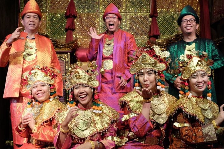 Wisatawan mengenakan pakaian adat Sumatera Selatan di Rumah Limas, Jalan Demang Lebar Daun nomor 51, Palembang, Selasa (8/5/2018).