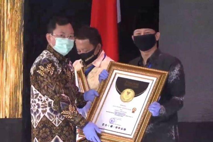 Bupati Trenggalek Mochammad Nur Arifin menerima penghargaan dari Kemendagri di Jakarta Senin (22/06/2020),
