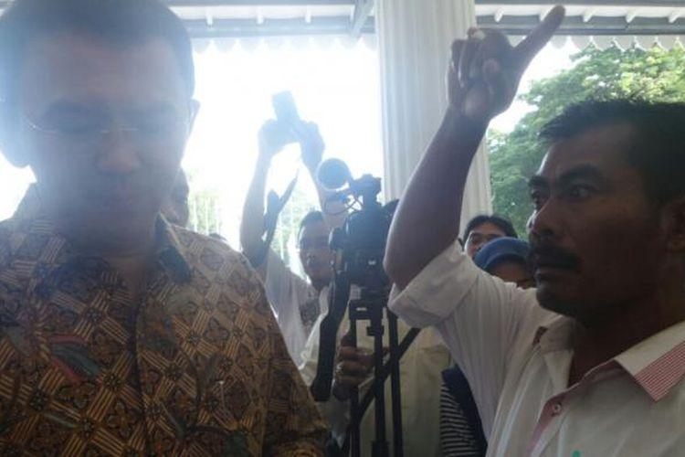 Gubernur DKI Jakarta Basuki Tjahaja Purnama melayani aduan warga, Sadian, di Balai Kota DKI Jakarta, Kamis (2/3/2017).
