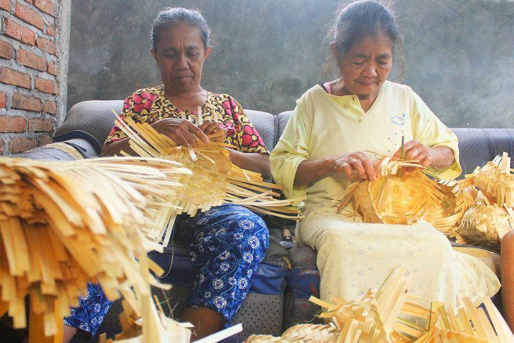 Irah salah satu pengrajin besek di Desa Sidomulyo mengaku kebanjiran order besek untuk pembungkus daging kurban. Besek biasanya dijual Rp 11.000 per iker (1 iker isi 30 pasang) saat ini harganya naik sampai Rp22.000 per iker.