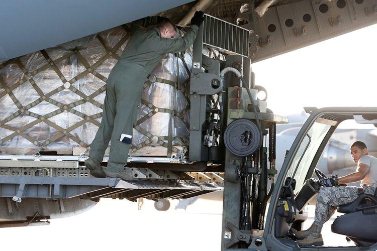 Tentara AS menaikkan muatan bantuan kemanusiaan ke dalam pesawat yang akan dikirim ke Venezuela.