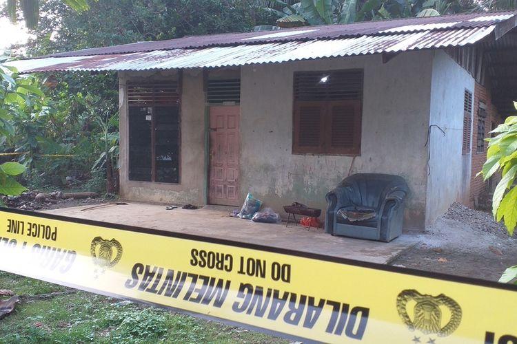 Rumah yang dikontrak terduga teroris masih dipasangi garis di Kelurahan Air Tiris, Kecamatan Kampar, Kabupaten Kampar, Riau, Senin (22/6/2020). Dari rumah tersebut, Densus 88 mengamankan tiga orang yang diduga teroris.